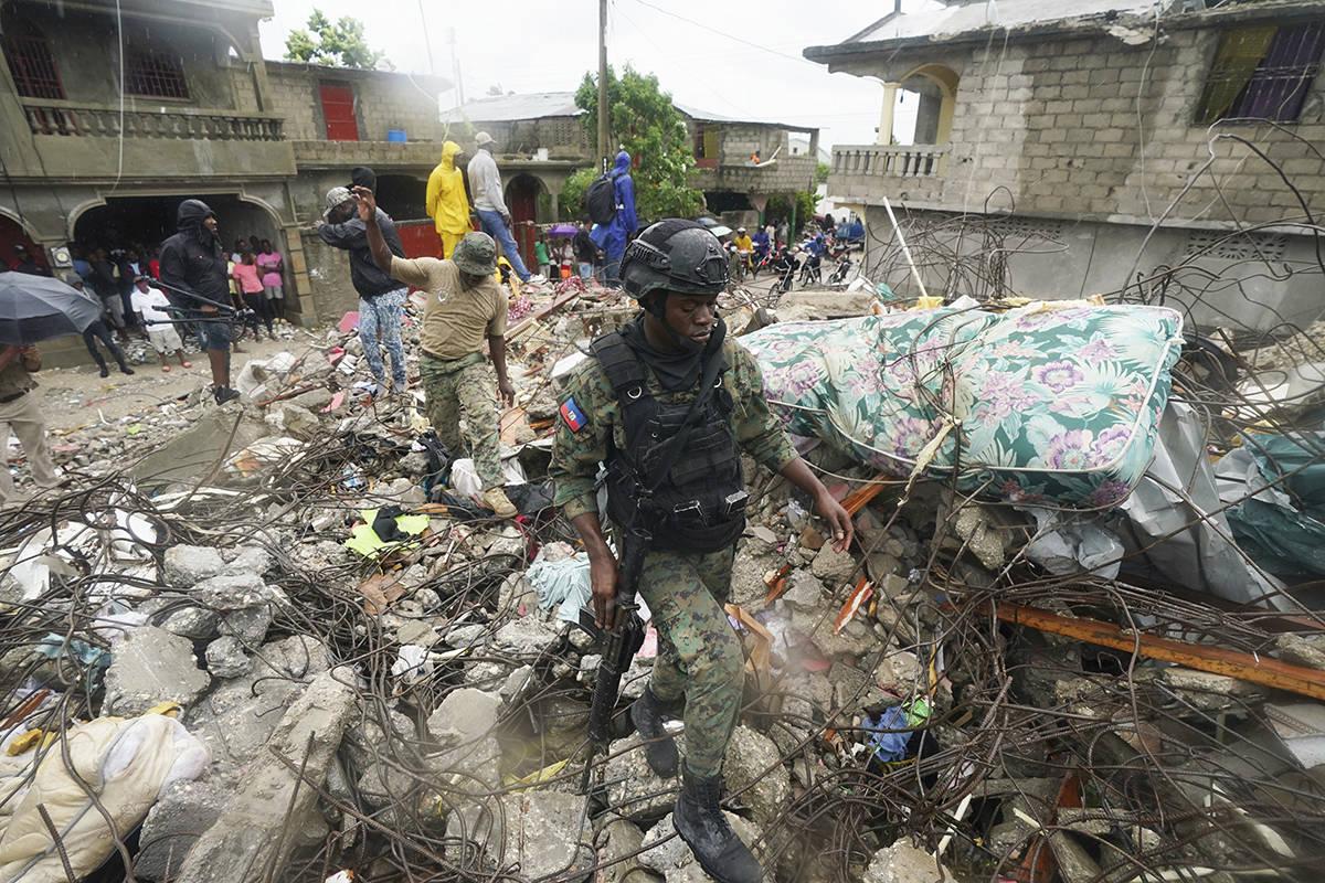 Un soldado camina sobre los escombros del terremoto la mañana después de que la tormenta trop ...