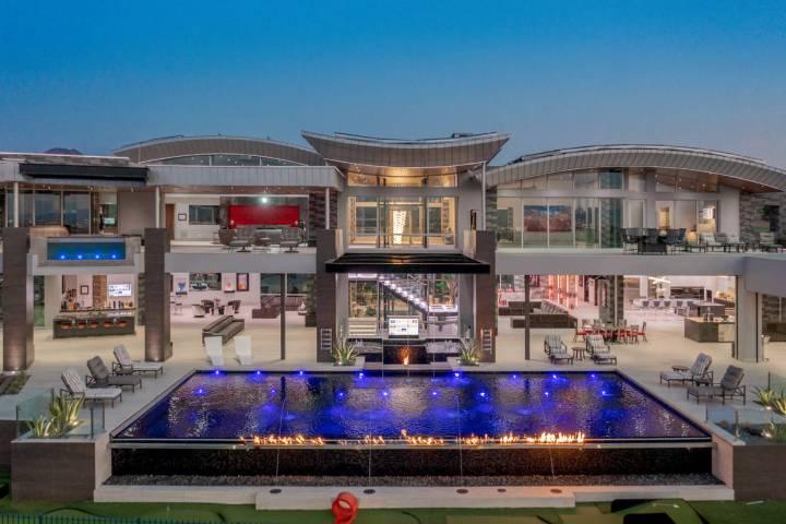 La casa de tres pisos en 2738 Carina Way en Henderson, vista aquí, se cotiza por 32.5 millones ...