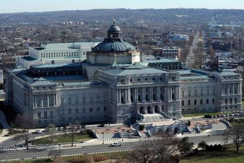 En esta foto de archivo del 19 de diciembre de 2013, se ve la Library of Congress en Washington ...