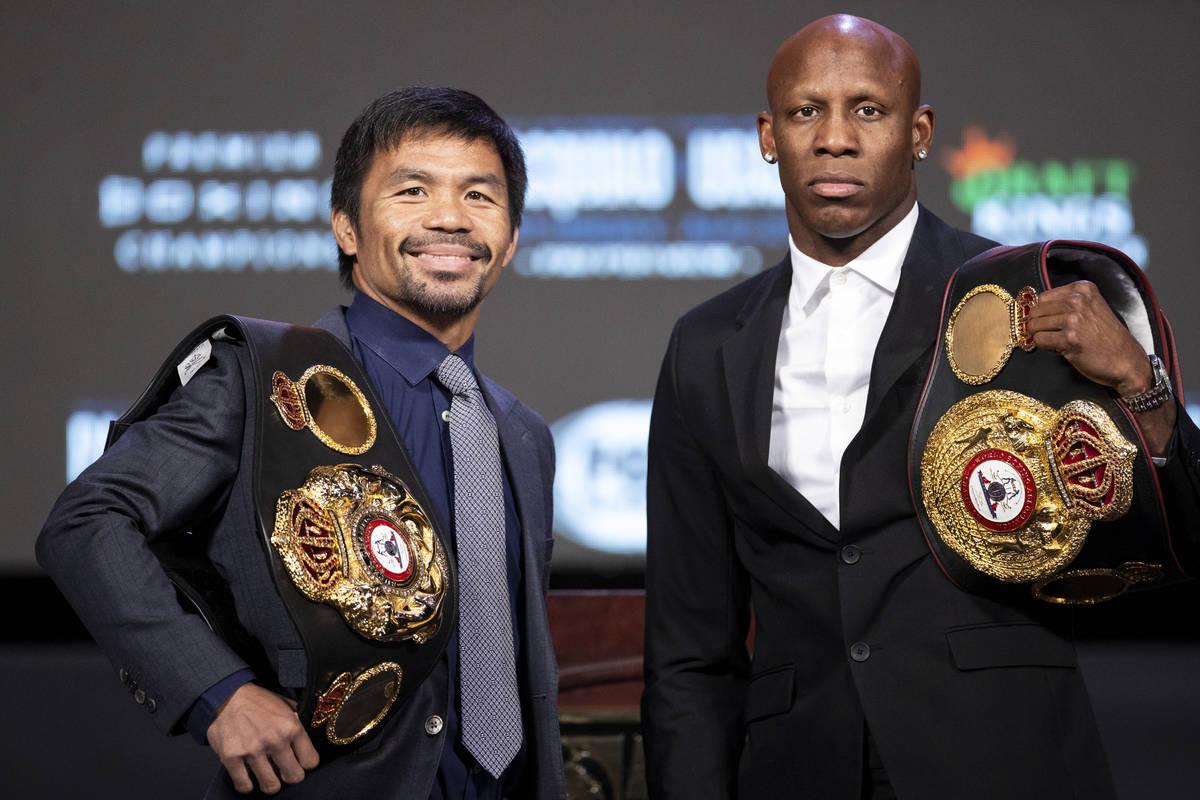 Manny Pacquiao, a la izquierda, y Yordenis Ugas, posan durante una rueda de prensa en el MGM Gr ...
