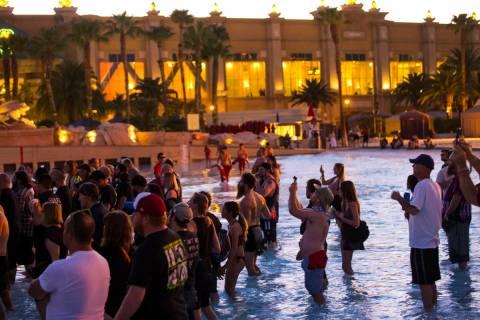 Fans en el concierto de Cold Cave en el escenario de playa durante el festival de música Psych ...