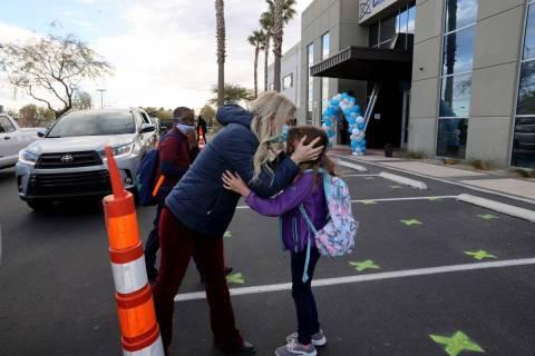 En esta foto de archivo, Kim Salerno se despide con un beso de su hija Tegan, de siete años, a ...