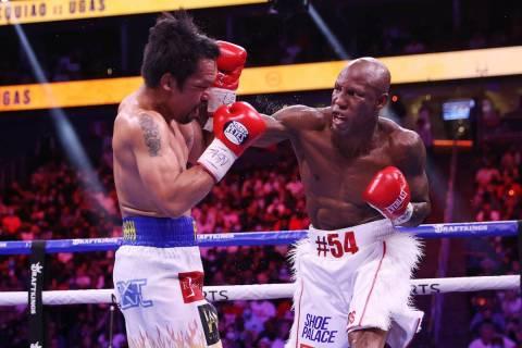 Yordenis Ugás, derecha, pelea contra Manny Pacquiao en el quinto asalto de la pelea por el tí ...