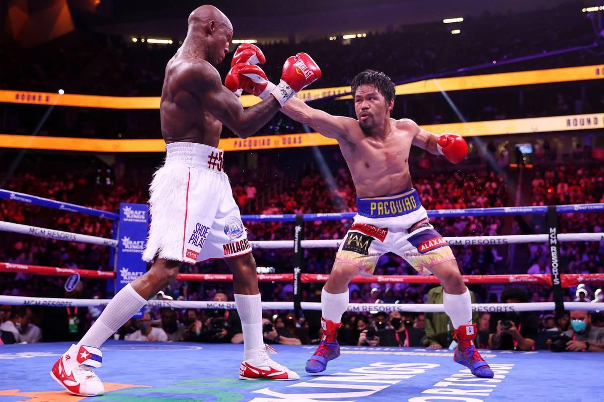 Yordenis Ugás, izquierda, pelea contra Manny Pacquiao en el quinto asalto de la pelea por el t ...
