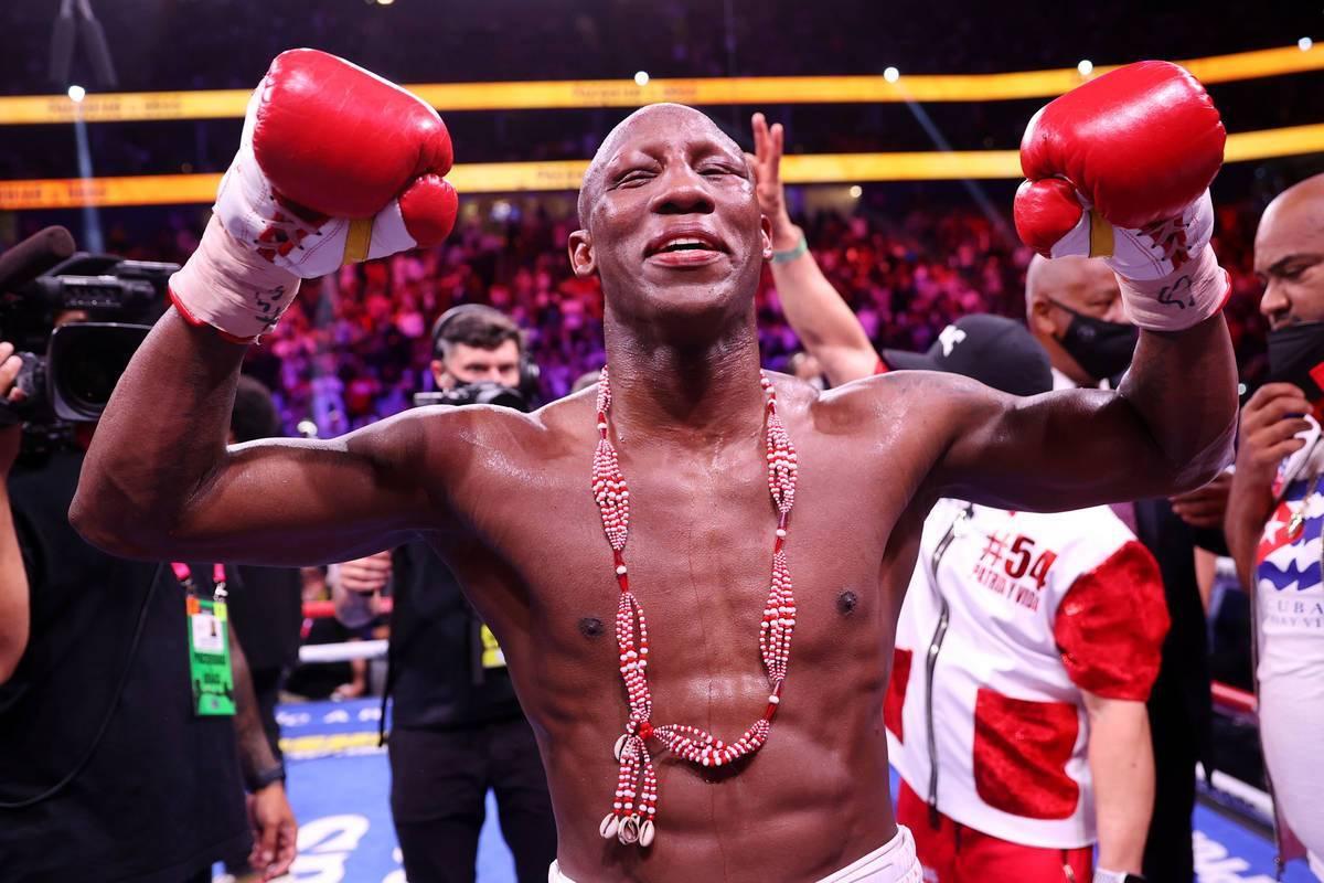 Yordenis Ugás reacciona al final de su pelea contra Manny Pacquiao, en el combate por el títu ...