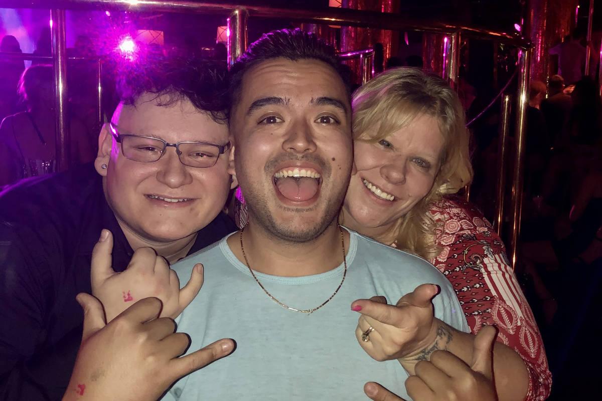 Micheal Limon, a la izquierda, celebra su cumpleaños 21 con su tío Kary Nguyen y su madre She ...