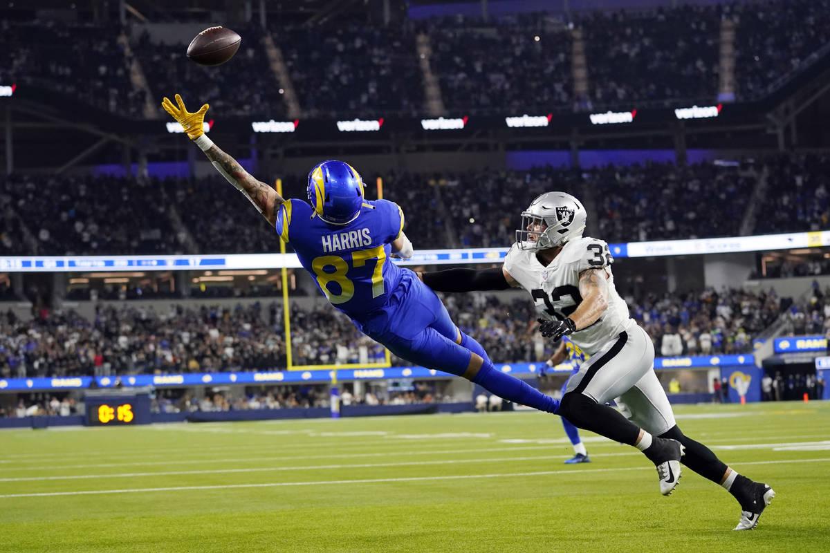 El tight end de los Rams de Los Ángeles, Jacob Harris (87), falla en un intento de conversión ...