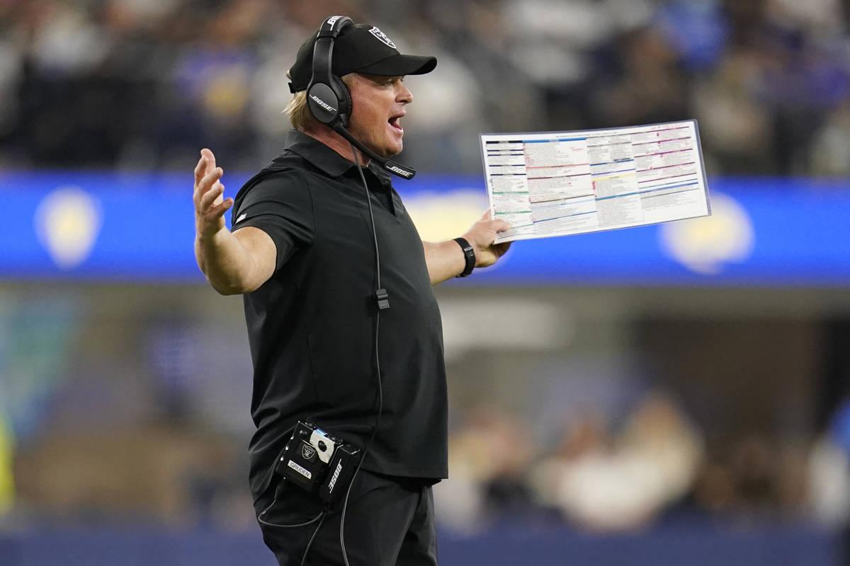 El entrenador de los Raiders de Las Vegas, Jon Gruden, discute una llamada durante la segunda m ...