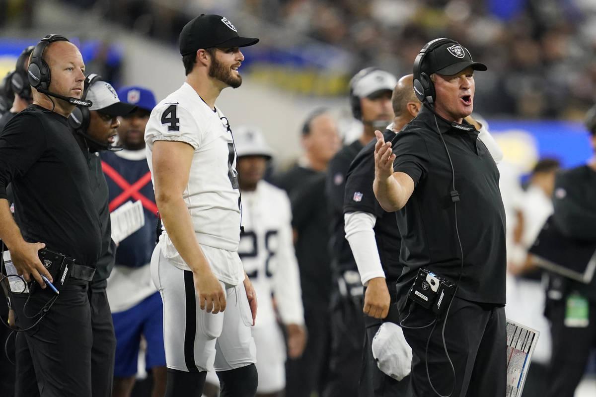 El entrenador de los Raiders de Las Vegas, Jon Gruden, a la derecha, discute frente al quarterb ...