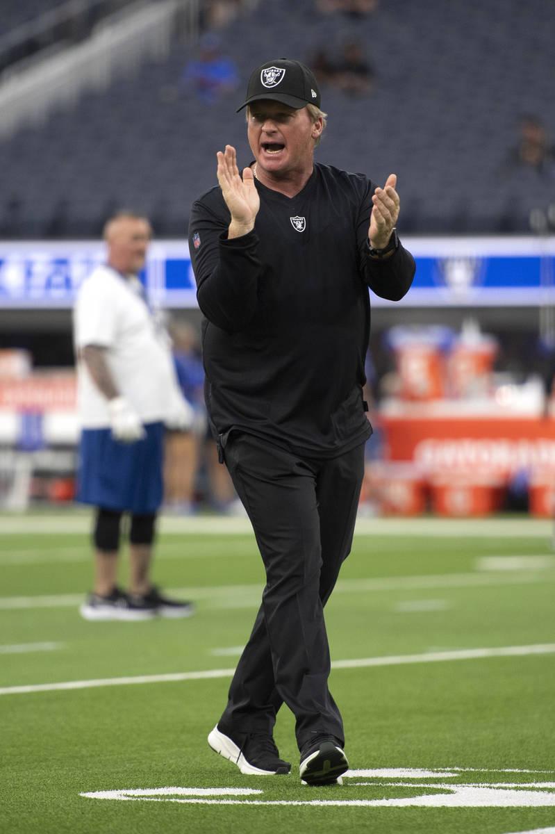El entrenador de los Raiders de Las Vegas, Jon Gruden, saluda a los jugadores que entran a cale ...