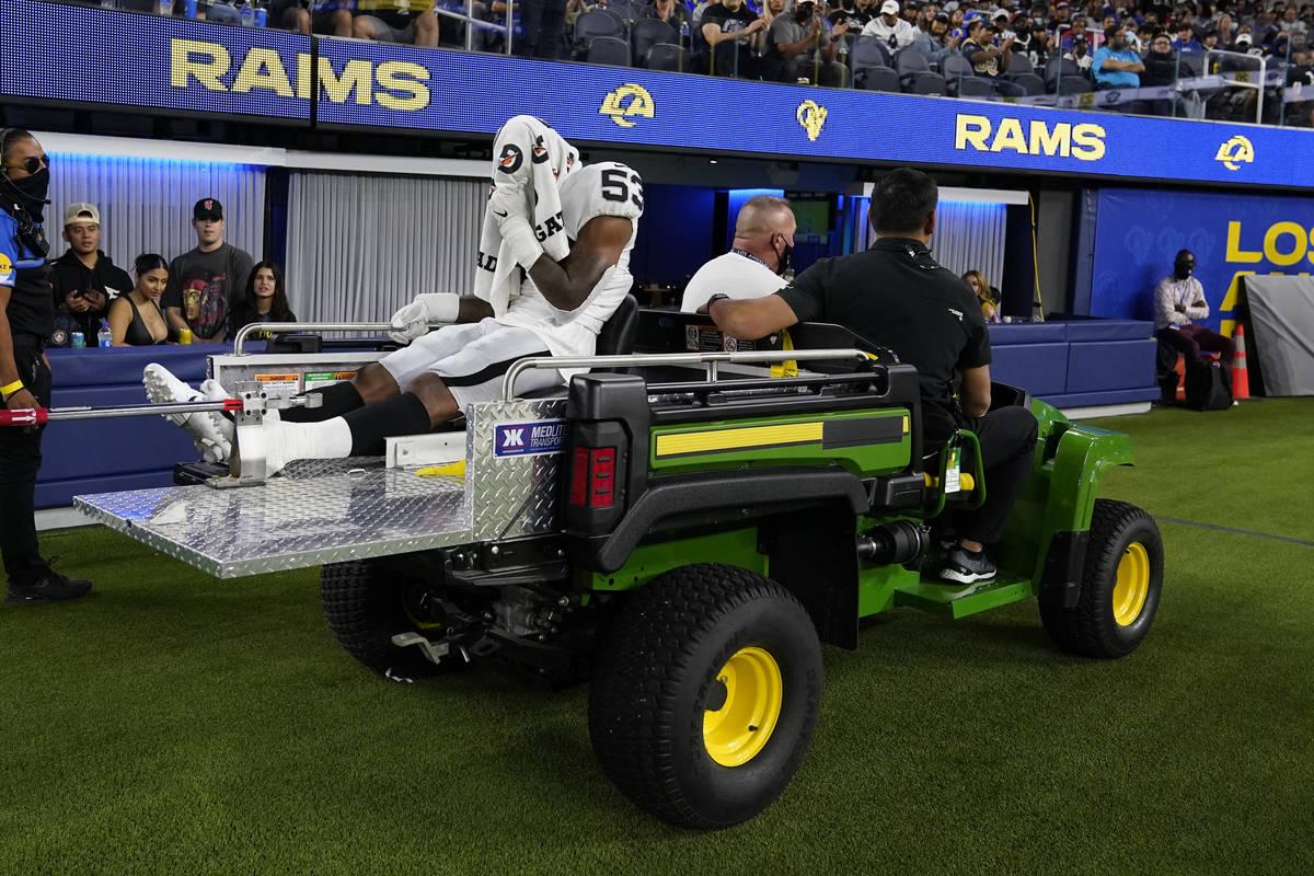El linebacker de los Raiders de Las Vegas, Javin White (53), es retirado del campo tras una les ...
