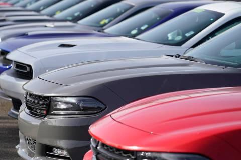 En esta foto de archivo, una larga fila de modelos Dodge usados se encuentra en un concesionari ...