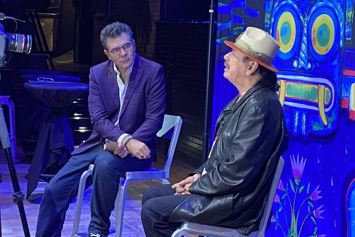 El columnista del RJ John Katsilometes platica con la leyenda del rock Carlos Santana en House ...