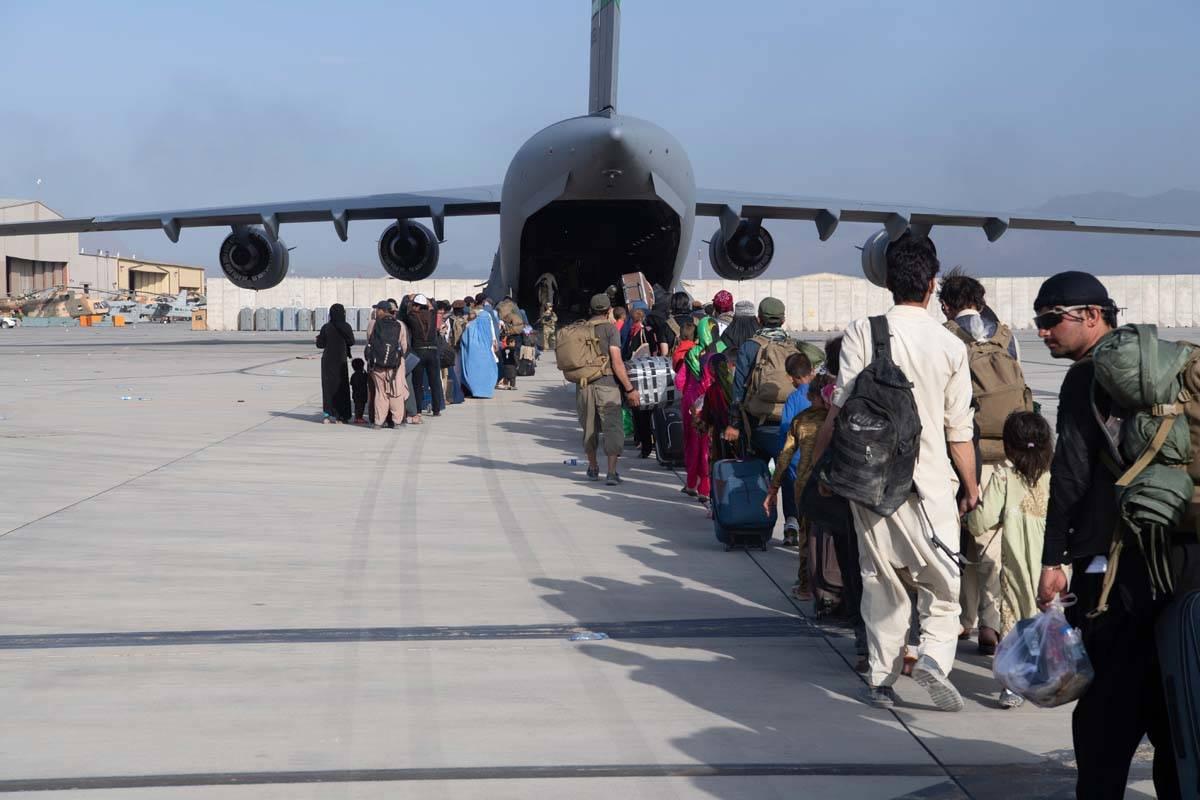 En esta imagen proporcionada por la Fuerza Aérea de Estados Unidos, maestros de carga y piloto ...