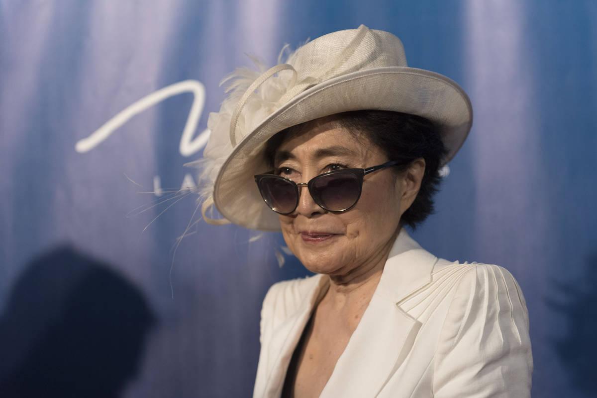 Yoko Ono Lennon posa durante un evento de alfombra roja para celebrar el décimo aniversario de ...