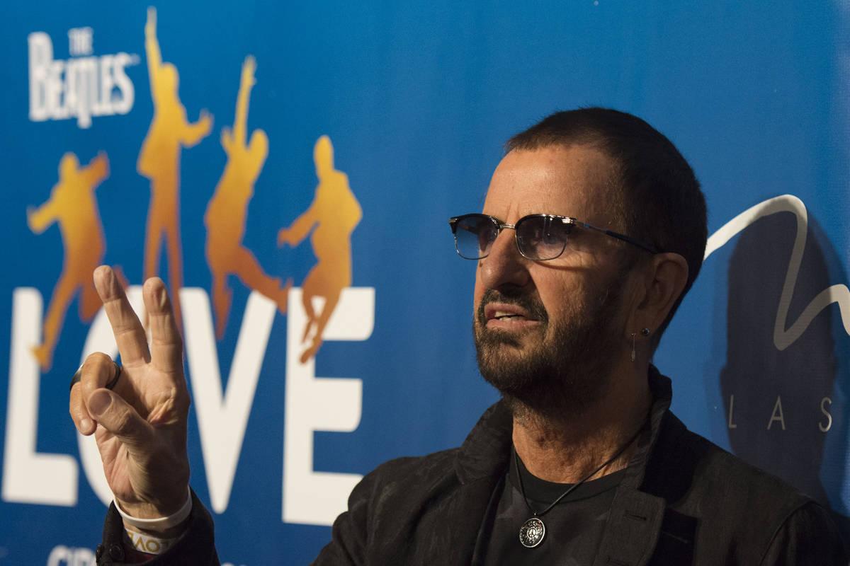 El baterista de los Beatles Ringo Starr, posa durante un evento de alfombra roja para celebrar ...