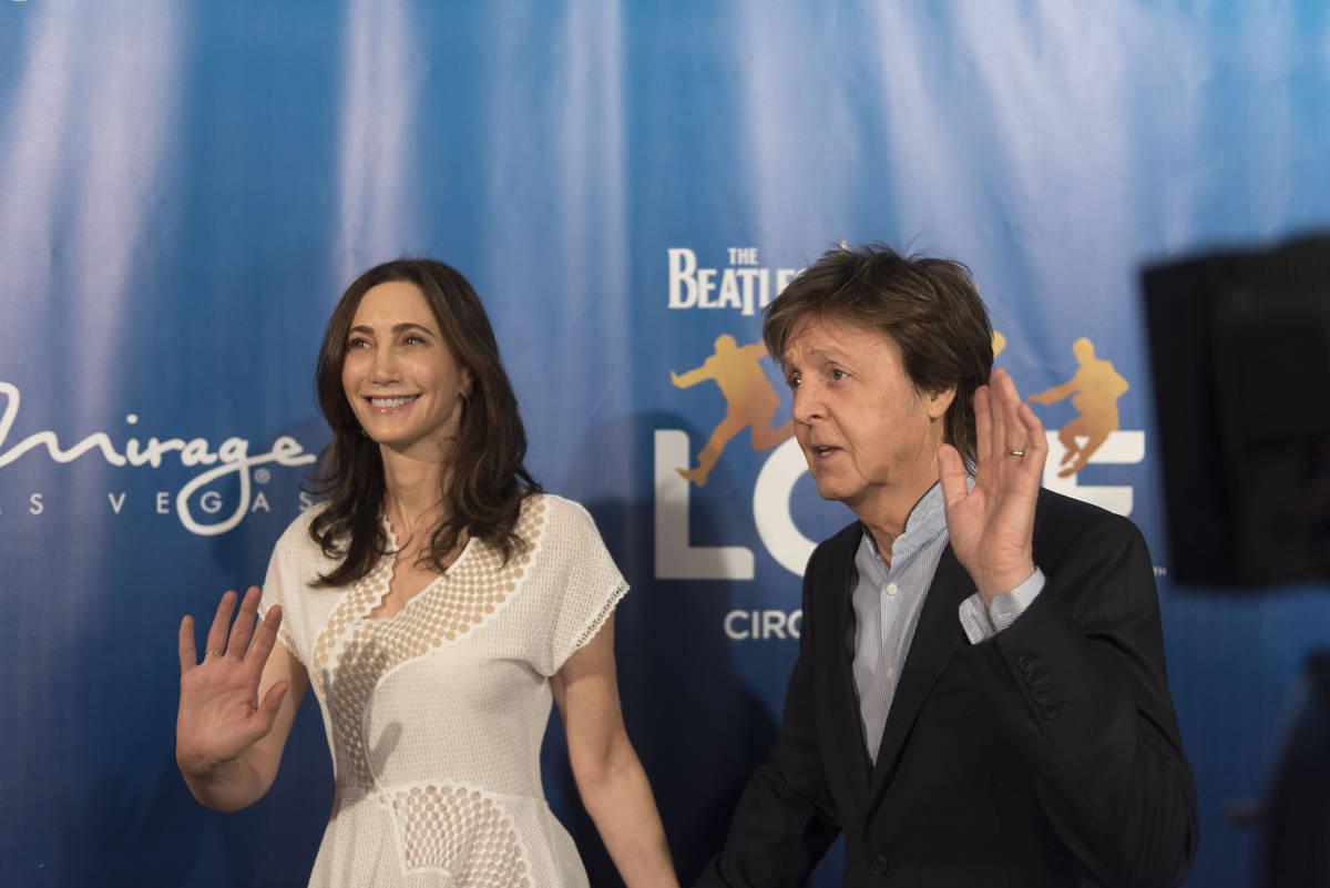 Paul McCartney, a la derecha, y su esposa Nancy Shevell posan durante un evento de alfombra roj ...