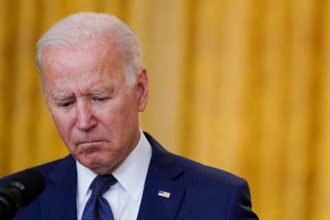 El presidente Joe Biden hace una pausa mientras habla sobre los atentados con bomba en el aerop ...