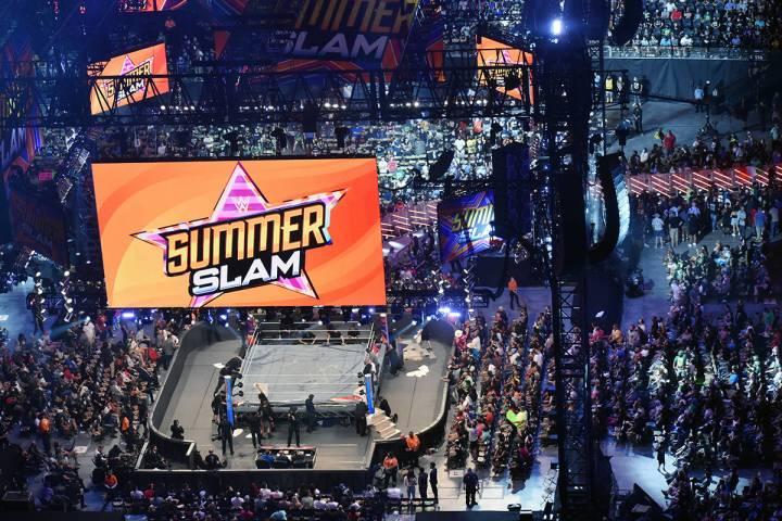 El favorito de la noche haciendo su entrada magistral John Cena. El sábado 21 de agosto en All ...