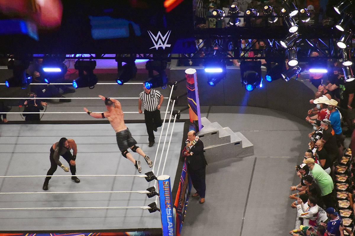 Roman Reign no se dejó tan fácilmente de John Cena y también brincó para tratar de tirarlo ...