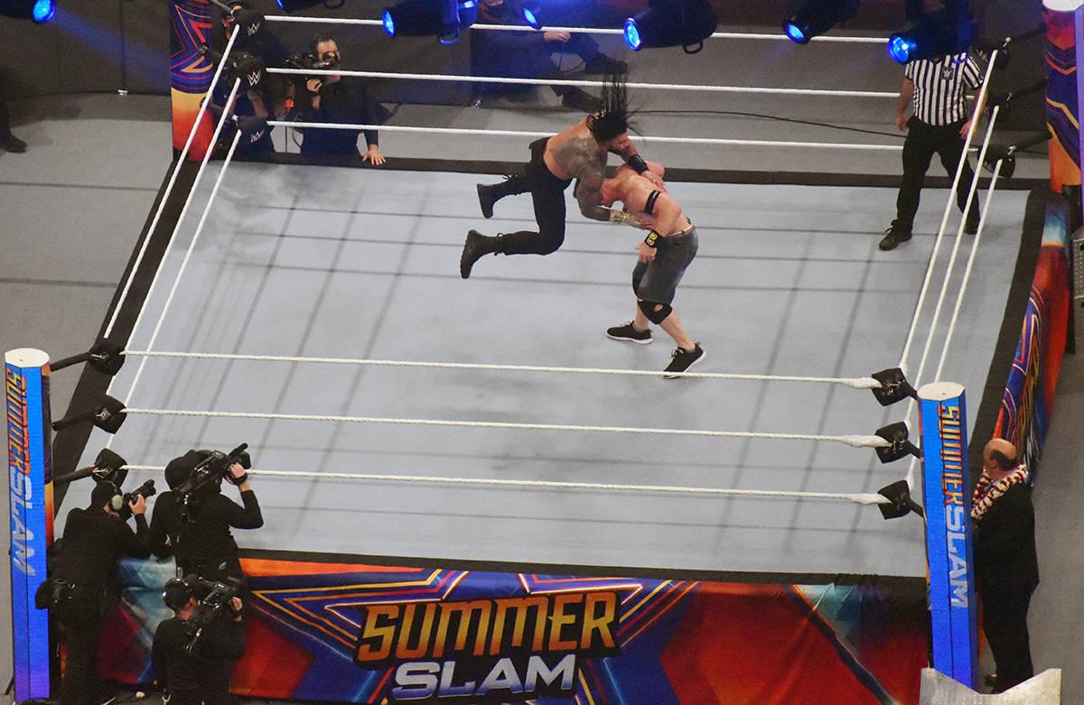 Roman Reing ganó la pelea contra John Cena y con eso mantuvo su título de Campeón Interconti ...