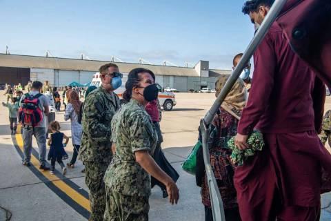 En esta imagen proporcionada por la Marina de Estados Unidos y tomada en la base militar de Rot ...