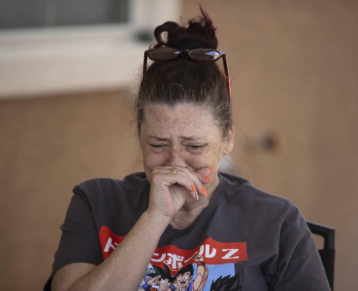 Kassy Robinson llora mientras habla de su hijo Roy Jaggers, de 27 años, de Las Vegas, durante ...