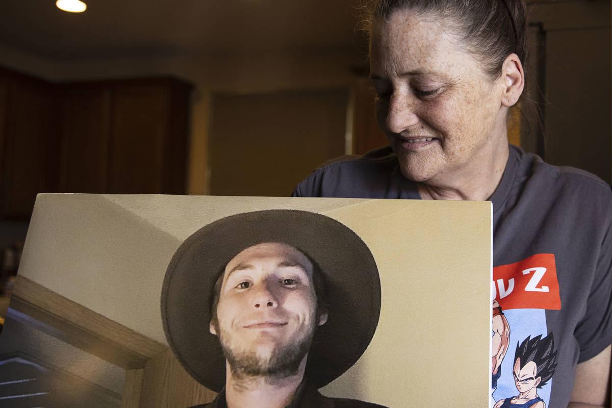 Kassy Robinson sostiene la fotografía de su hijo Roy Jaggers en su casa de Las Vegas el sábad ...