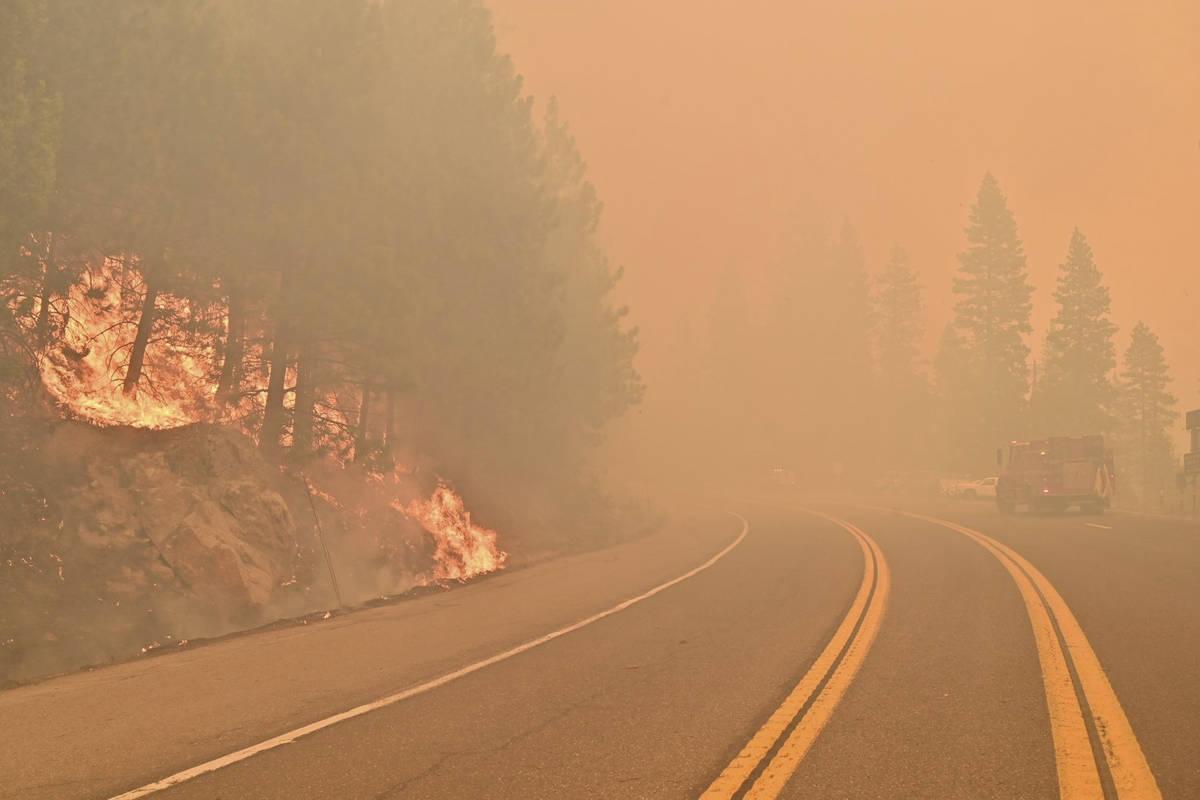 El Caldor Fire arde a ambos lados de la Autopista 50 a unas 10 millas al este de Kyburz, Califo ...