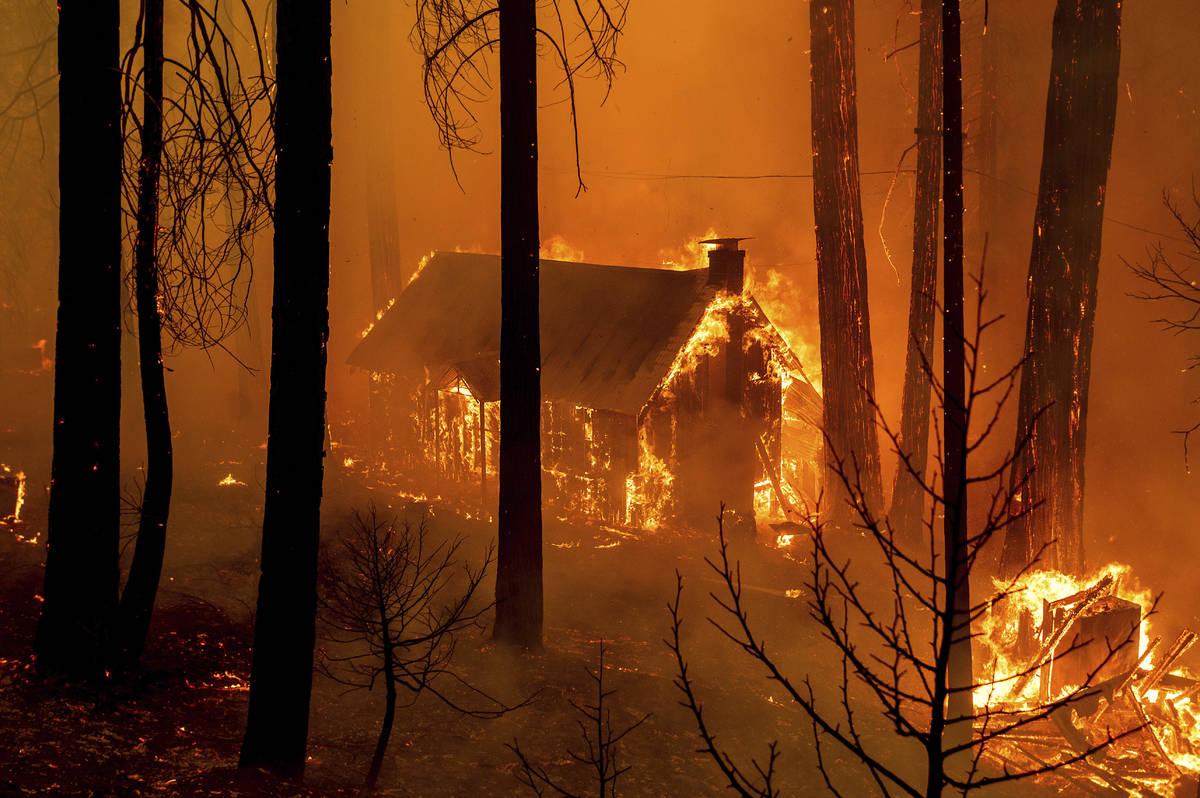 Las llamas del French Fire consumen una estructura en la Highway 155 en Sequoia National Forest ...