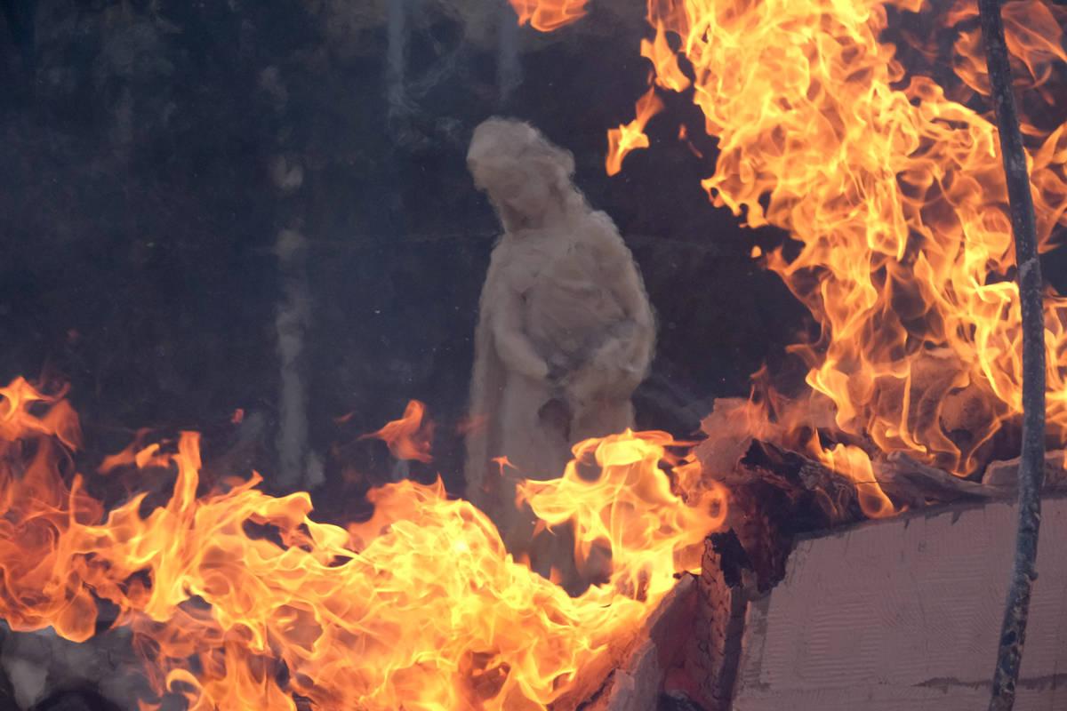 Una escultura en una casa en llamas mientras el South Fire arde en Lytle Creek, Condado San Ber ...