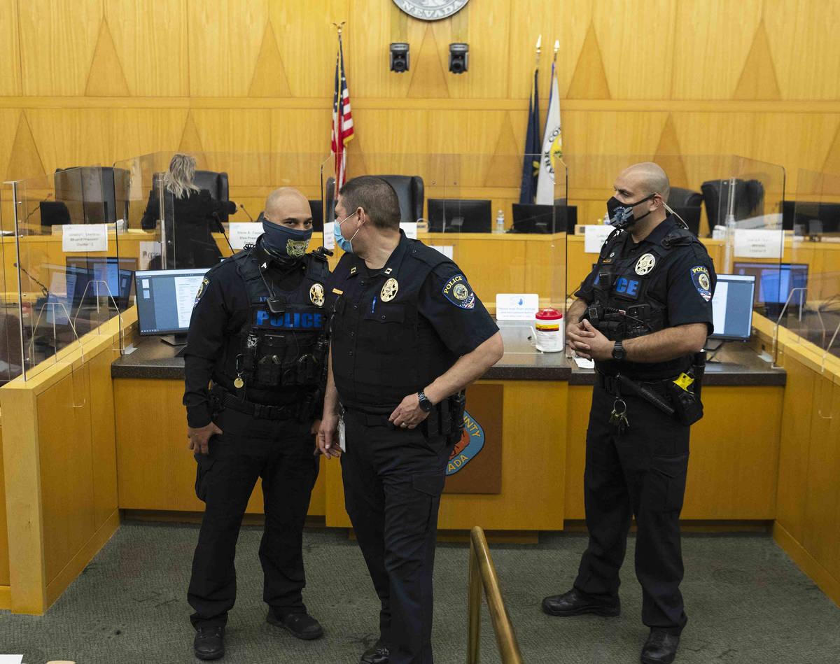 Oficiales de policía del Distrito Escolar del Condado Clark vigilan una reunión de la Junta D ...
