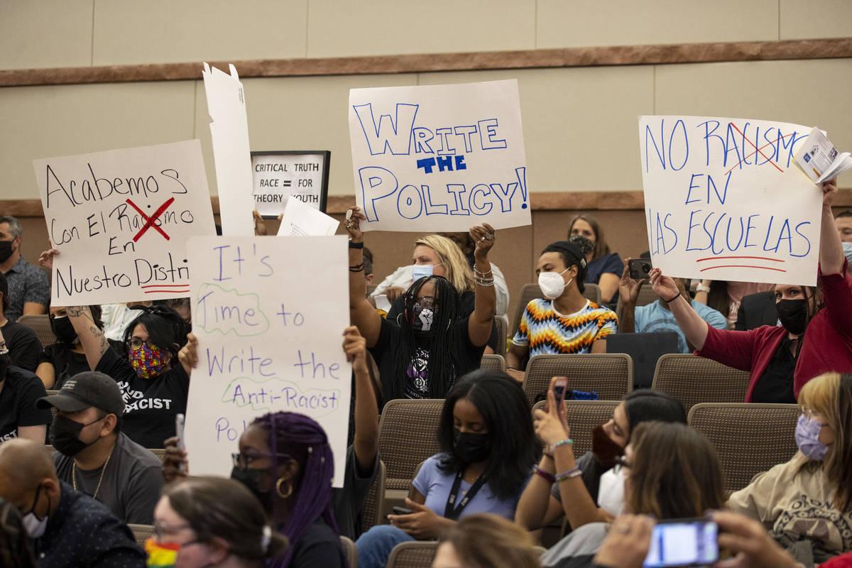 Gente atiende a una reunión de la Junta Directiva del Distrito Escolar del Condado Clark en la ...