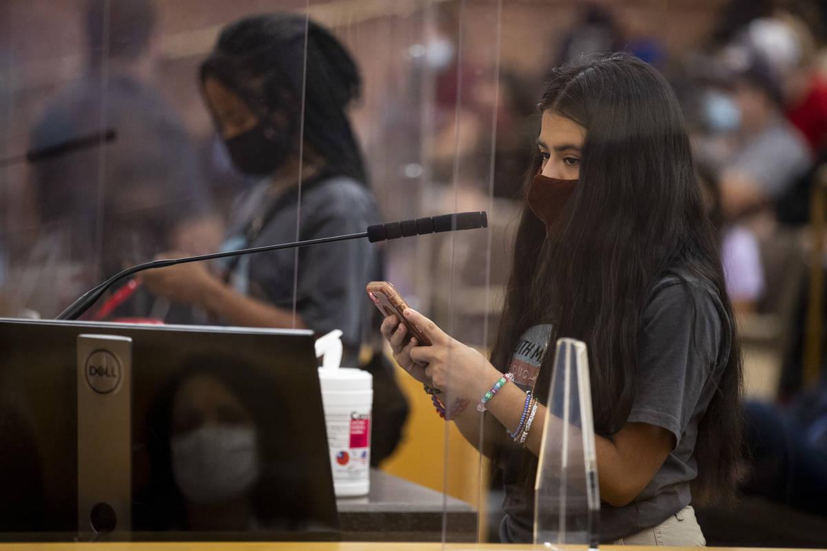 Desiree Rodríguez, presidenta del cuerpo estudiantil de Las Vegas High School, habla durante u ...