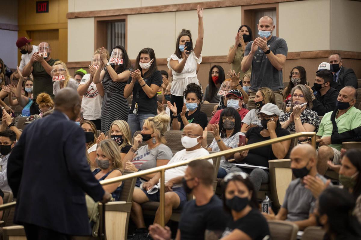 La gente aplaude tras un comentario del ex asambleísta Gene Collins durante una reunión de la ...