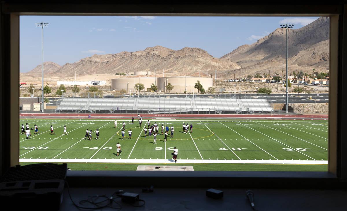 El equipo universitario de fútbol americano de Sunrise Mountain High School practica en el cam ...