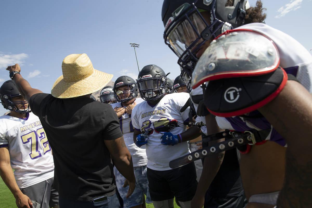 El entrenador asistente y coordinador defensivo Tyrell Tarboro orienta a los miembros del equip ...
