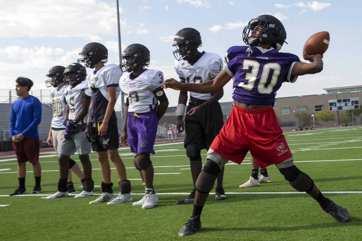 El estudiante de primer año Deshawn Banks, a la derecha, participa en ejercicios ofensivos dur ...