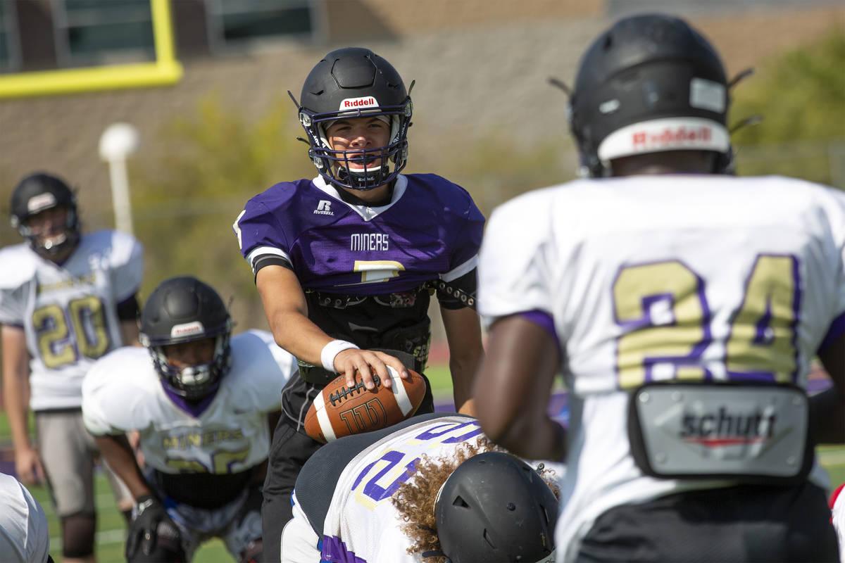 El quarterback Tyler Shea, al centro, realiza ejercicios durante la práctica del equipo de fú ...