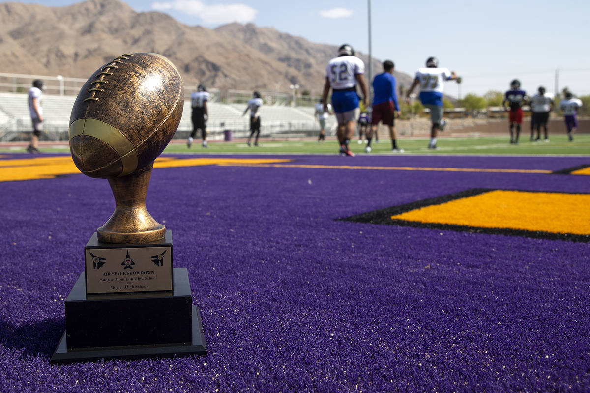 """El trofeo """"Air Space Showdown"""" se posa mientras el equipo de fútbol americano de Sunrise Mount ..."""