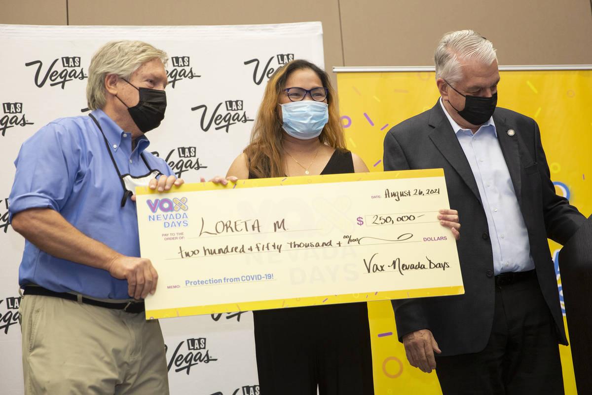 Loreta Mercado, al centro, posa para las fotos tras ganar 250 mil dólares durante el anuncio f ...