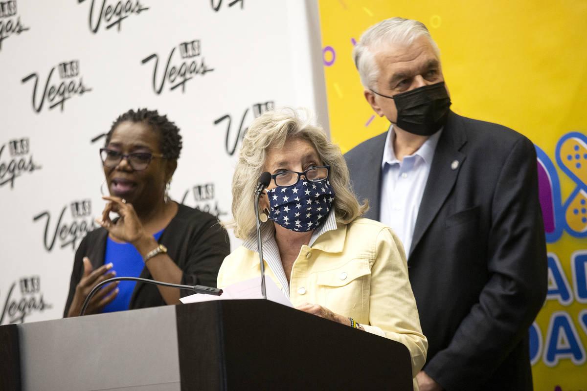 La congresista Dina Titus, demócrata por Nevada, y el gobernador Steve Sisolak observan cómo ...