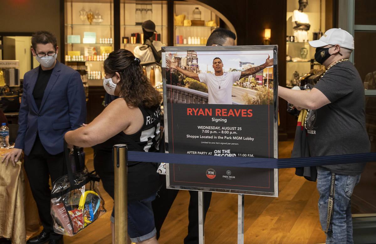 Fans esperan en la fila para conocer al ex jugador de los Golden Knights Ryan Reaves durante un ...