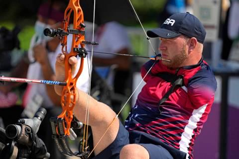 Matt Stutzman, de Estados Unidos, sostiene el arco con el pie mientras compite en el evento abi ...