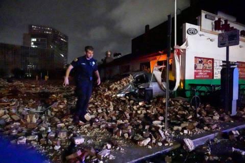 El detective de la policía de Nueva Orleans Alexander Reiter, observa los escombros de un edif ...