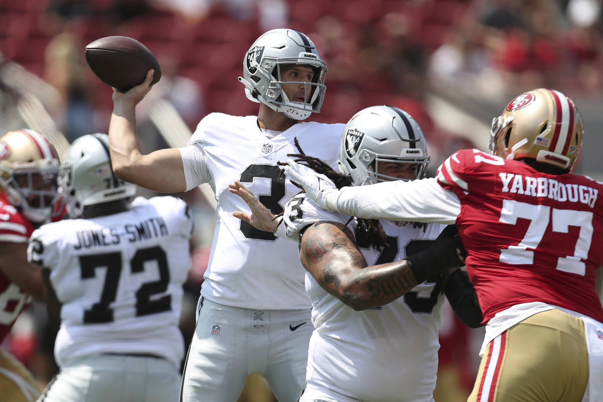El quarterback de los Raiders de Las Vegas, Nathan Peterman (3), realiza un pase contra los 49e ...
