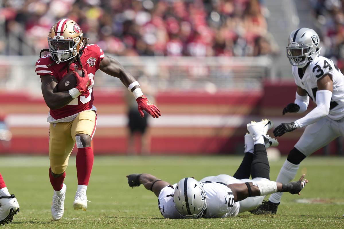 El running back de los San Francisco 49ers JaMycal Hasty, a la izquierda, corre para un touchdo ...
