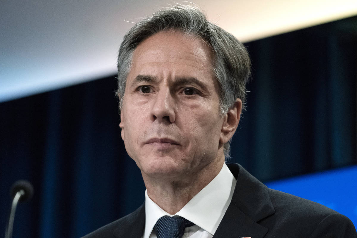 El secretario de Estado Antony Blinken escucha una pregunta mientras habla sobre Afganistán du ...