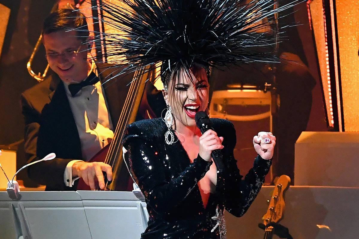 Lady Gaga se presenta durante su residencia 'JAZZ & PIANO' en Park Theater at Park MGM el 20 de ...