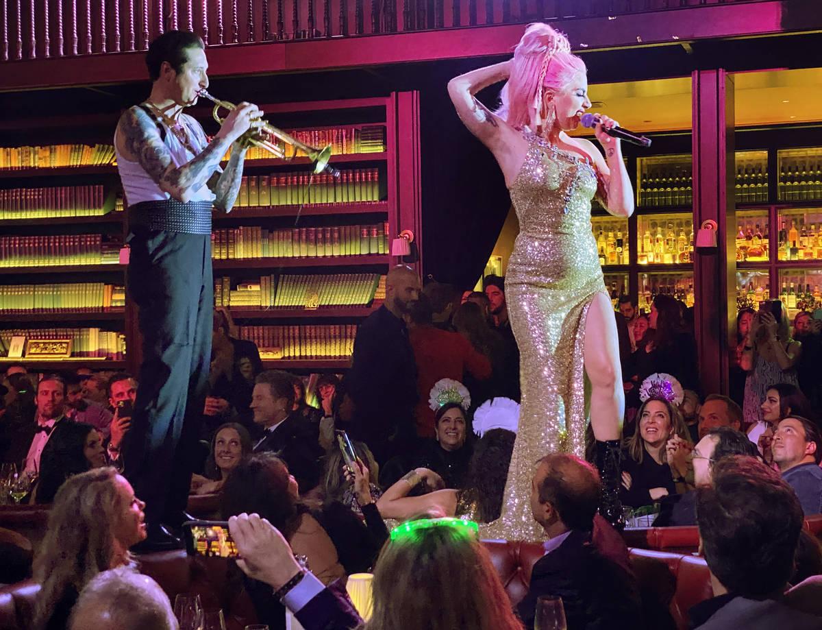Brian Newman y Lady Gaga, se presentan en el restaurante NoMad de Park MGM en el Strip el día ...